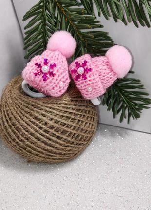 Нежно-розовые шапочки резинки со снежинками и поспонами.