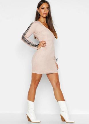 Boohoo. это не сток. товар из англии. замшевое платье с шнуровкой на рукавах.