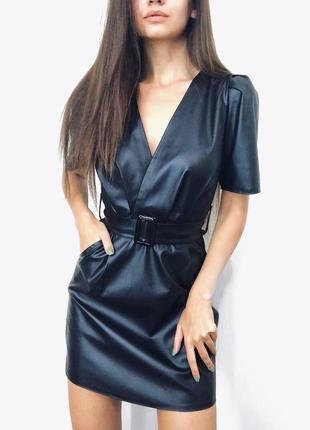 Кожаное мини платье с поясом и декольте