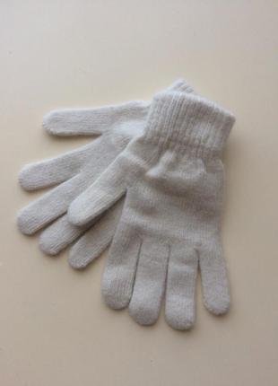 Белые трикотажные перчатки