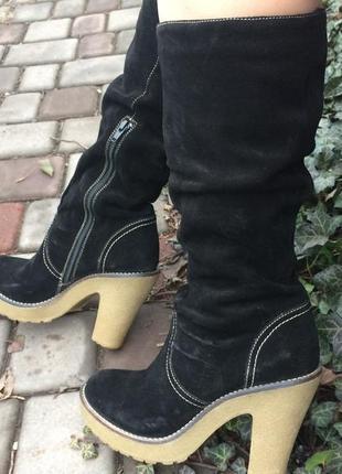 Женские классические замшевые чёрные сапоги  на каблуке