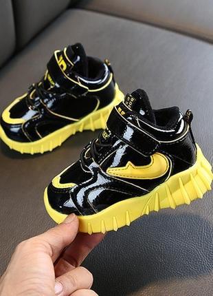 Крутые чёрно жёлтые зимние кроссовки