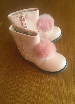Зручні та теплі чобітки для дівчинки