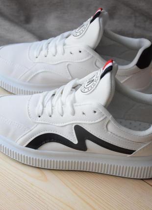 Белые кроссовки-кеды на высокой подошве