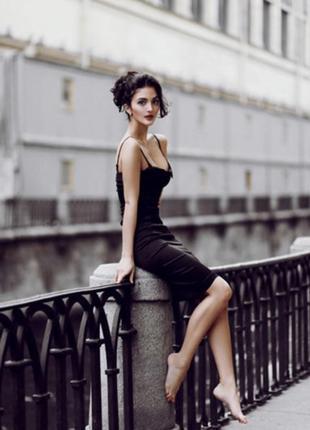 Эффектное платье на шнуровке