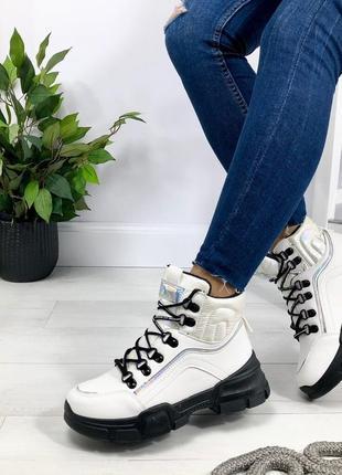 Демисезонные ботинки белого цвета на платформе с байкой