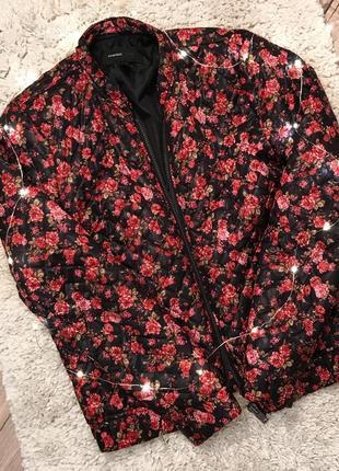 Куртка-бомбер в яркий принт