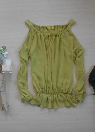 Нежная блуза с открытыми плечами