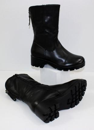 Зимние женские черные короткие сапоги полусапожки на тракторной подошве