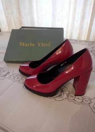 Нарядные лакированные туфли