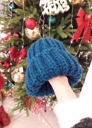 Теплая вязаная шапка крупная вязка