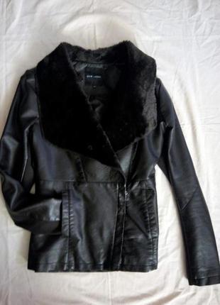 Стильная куртка косуха с меховым воротом