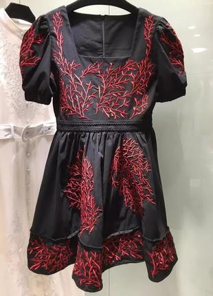 Красивое эффектное платье с вышивкой