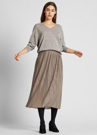 Бежевая плиссированная миди юбка от uniqlo с резинкой на поясе
