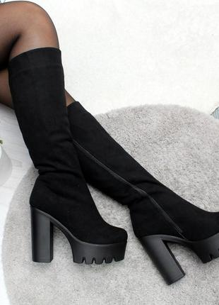 Модные замшевые сапоги на высоком каблуке