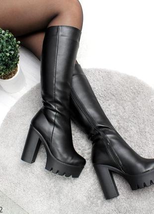 Модные зимние сапоги на высоком каблуке