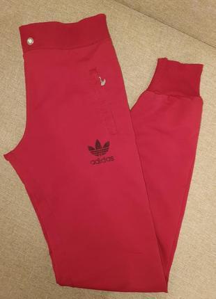 Красные спортивные штаны адидас