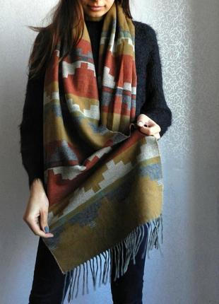 Теплый шарф с геометрическим принтом