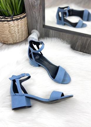 Нежно голубке босоножки на квадратном каблуке