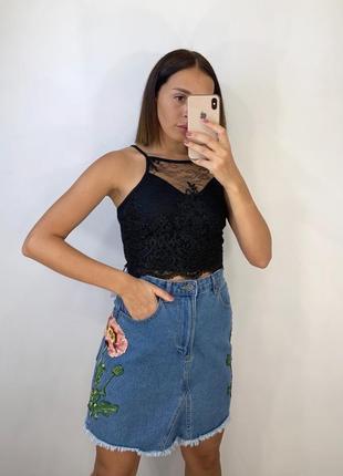 Джинсовая юбка с вышивками и необработанным низом