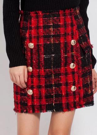 Твидовая красная юбка в шотландскую клетку с золотой фурнитурой.