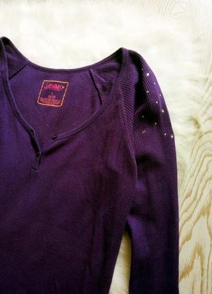 Фиолетовая кофточка лонгслив со стразами на плечах и глубоким декольте джемпер