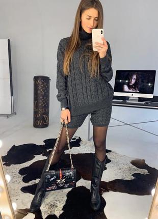 Модный вязаный костюм с шортами