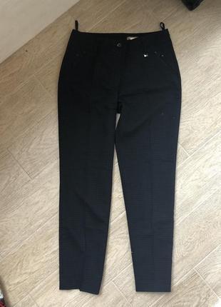 Женские классические брюки со стрелками темно синего цвета на средней посадке
