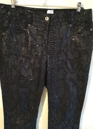 Стильные черные штаны под кожу рептилии германия