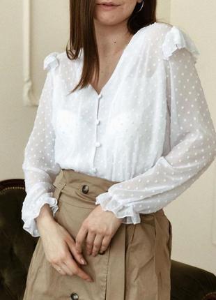Белая блуза с рюшами и фактурой в горох