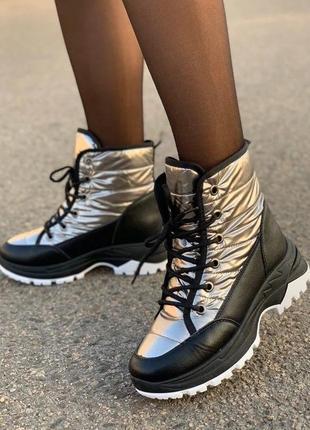Женские зимние спортивные серебристые дутые ботинки на шнуровке