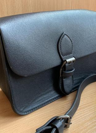 Базовая чёрная сумка на длинном ремне
