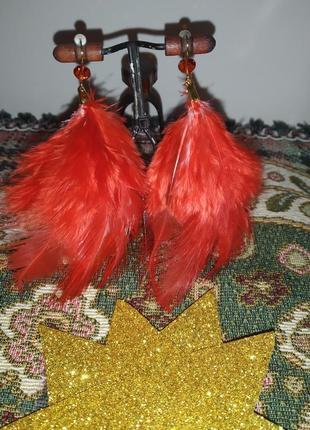 Серьги ручной работы из красных перьев