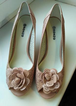 Стильные туфельки модного бежевого цвета,  удобные и нарядные