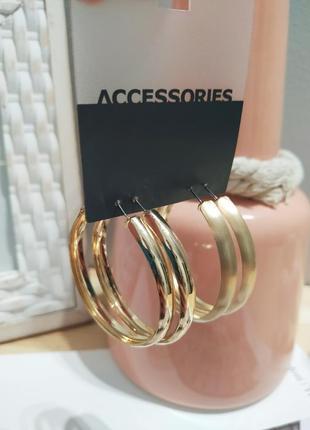 Широкие серьги-кольца accessorize. золотистые матовые сережки колечка