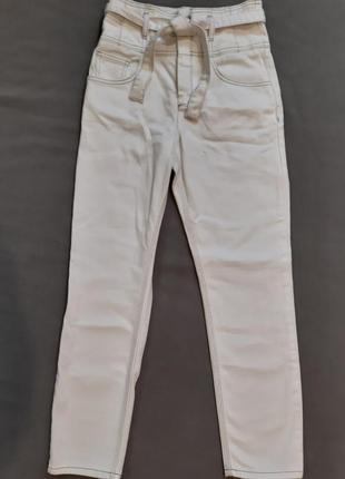 Белые плотные джинсы с завышенной талией , с поясом
