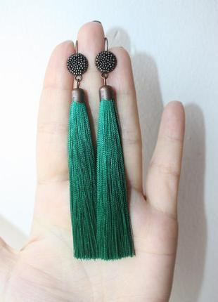 Серёжки серьги кисти кисточки изумрудные зелёные нити бохо модные длинные
