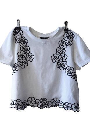 Короткая футболка (кроп-топ) с цветочной вышивкой