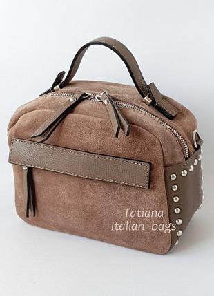 Классная замшевая сумка бочонок с кожаными вставками, цвет капучино. италия