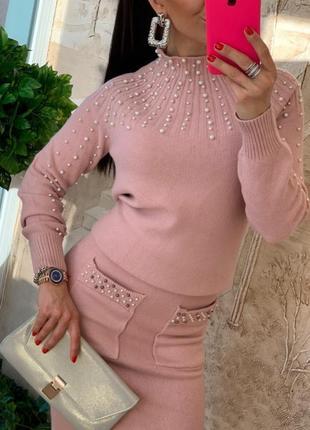Розовый женский костюм с жемчугом
