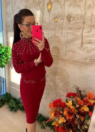 Красный костюм украшенный жемчугом