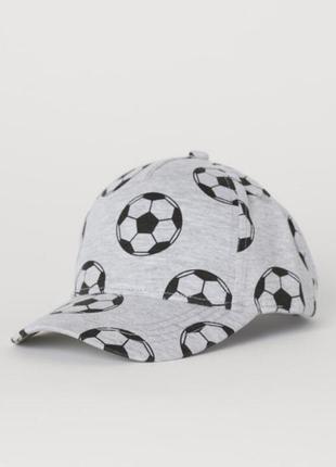 Стильная кепка с мячиками