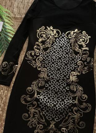 Чёрное платье с золотыми узорами и длинным рукавом