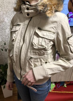 Курточка бежевая bershka