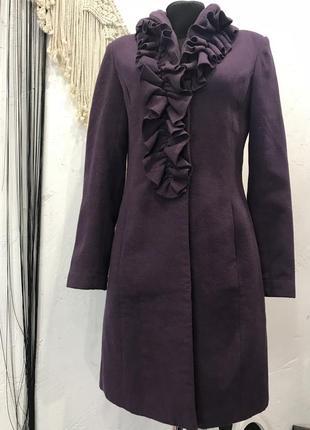 Пальто фиолетового цвета с рюшами по вороту xanaka!