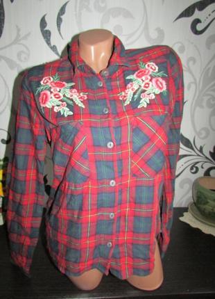 Яркая рубашка с вышивкой