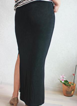 Длинная юбка с вырезом до колена