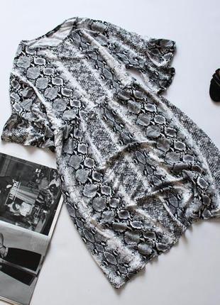 Классное платье свободного кроя принт рептилия белое серое 18 3хл