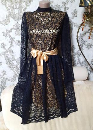 Платье кружевное.