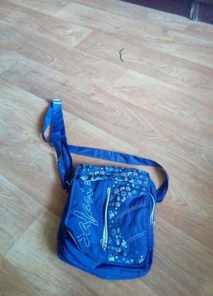 Дутая сумочка фиолетового цвета